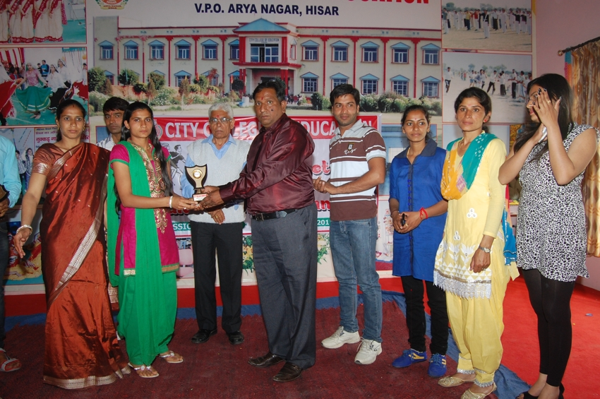 Principal Dr. Sanjay Sharma giving prize to students on the occasion of Fresher Party